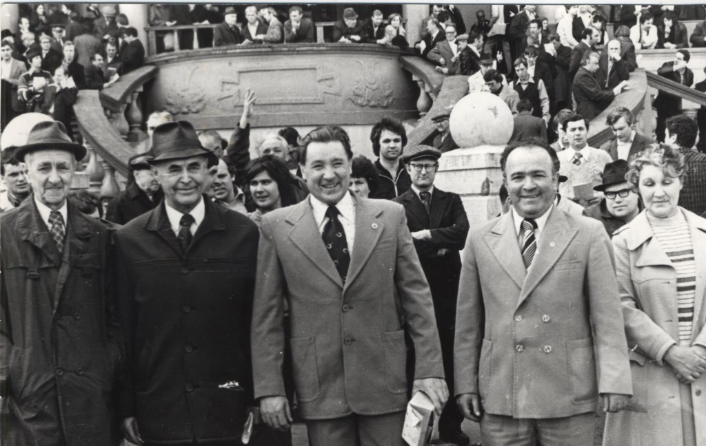 Алексеев Юрий Борисович директор ЦМИ 1973г награждает победителей участников скачек