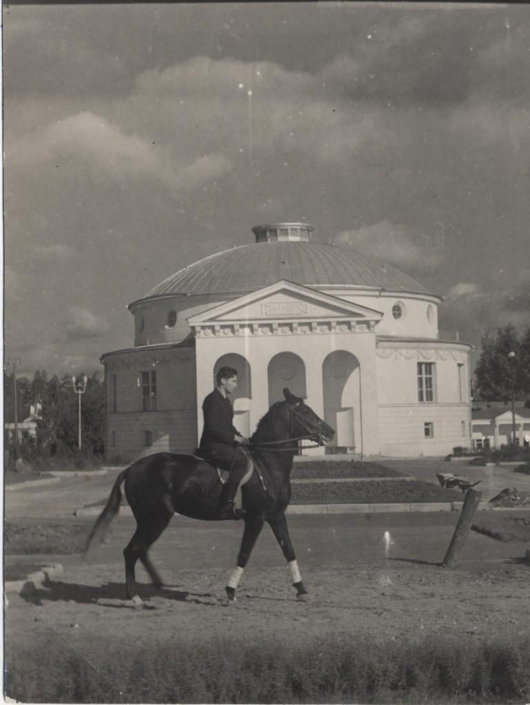 Алексеев Ю.Б. в ВСХВ работает лошадь под седлом
