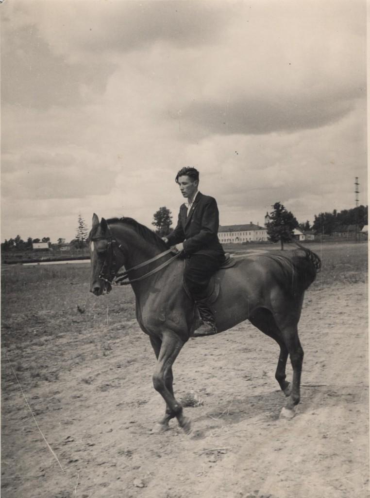 Московский зоотехнический институ коневодства 1981г. Ю.Б. Алексеев на коне Способ