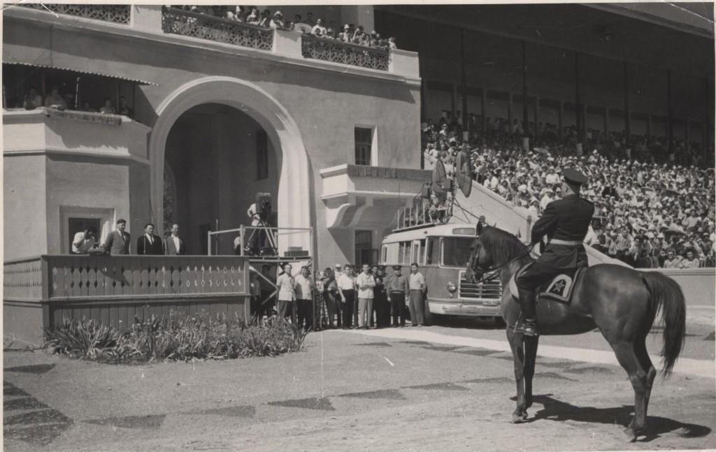 Юрий Борисович Алексеев главный судья, принимает парад открытия в г.Фрунзе игр ССР 1963г